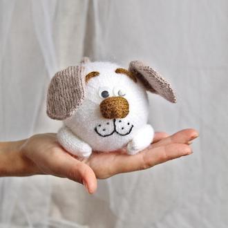 Милый песик, белый щенок вязанный спицами