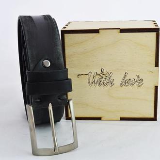 Подарок мужчине с индивидуальной гравировкой чёрный кожаный ремень в деревянной коробочке