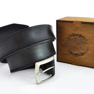 Практичный подарок мужчине на Новый год. Чёрный ремень с индивидуальной гравировкой в коробке.