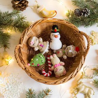 Вязаные Новогодние игрушки, набор из 6 :пряничные человечки, снеговик,елка,конфетка,свинка