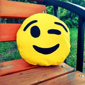 Подушка смайлик Emoji яке підморгує