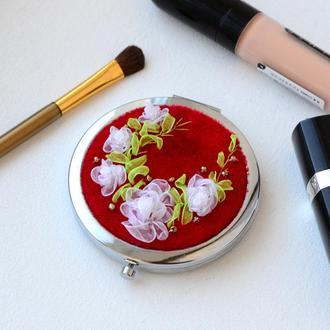 Зеркало косметическое с вышивкой лентами на бархате.
