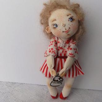 Кукла-подвеска Девочка с сумочкой