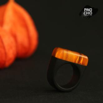 Женское кольцо из экзотического дерева и эпоксидной смолы