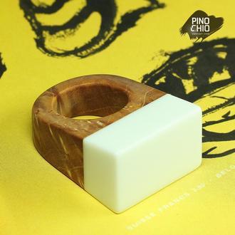 Женское кольцо из стабилизированного дерева и полимерного камня