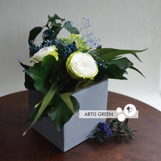 Композиция «Concrete with white roses» из стабилизированных растений и розочек