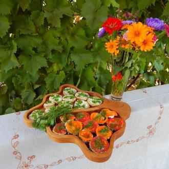 Тарелка менажница на две секции.  Кухонные доски из дерева.