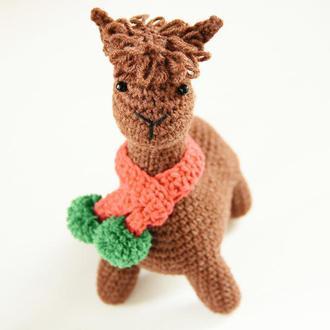 Подарунок  на день народження хлопчика чи дівчинки в'язана іграшка Лама