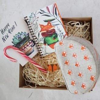 Подарочный набор Лисички.  Блокнот А6, косметичка, открытка, брошь и конфета.