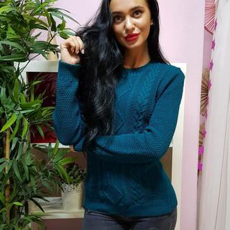 Красивый вязаный свитер с рельефным узором