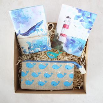 """Подарочный набор """"Кит"""": блокнот А6, кошелек, открытка и брошь"""