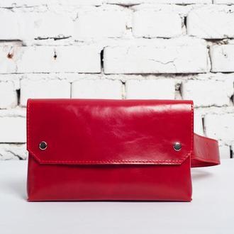 Женская поясная сумка красного цвета