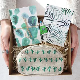 Подарочный набор Кактусы. Блокнот А6, косметичка, открытка, значок.