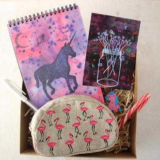 """Подарочный набор """"Единороги и Фламинго"""": блокнот А5, белая ручка, кошелек, открытка, брошь, конфета"""