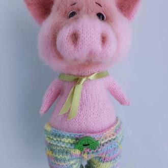 Свинья в разноцветных штанах с галстуком