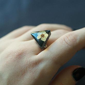 Треугольное кольцо с цветком