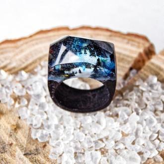 Синее кольцо из дерева и эпоксидной смолы