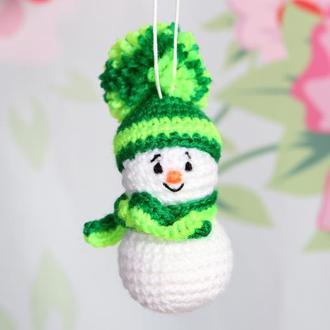 Снеговичок в зеленом костюме