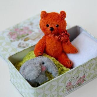 Миниатюрный плюшевый мишка в коробочке