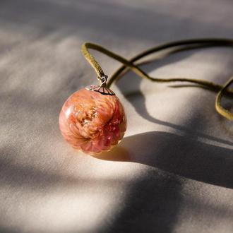 Кулон с розовым цветком в эпоксидной смоле