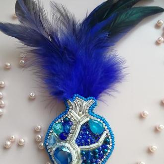 Брошь с перьями синий гранат