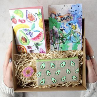 """Подарочный набор """"Фрукты. Авокадо"""": блокнот А6, кошелек, открытка и брошь"""