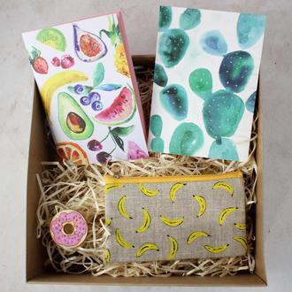 """Подарочный набор """"Фрукты. Бананы"""": блокнот А6, кошелек, открытка и брошь"""