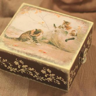 Деревянная шкатулка «Кошка-мама»