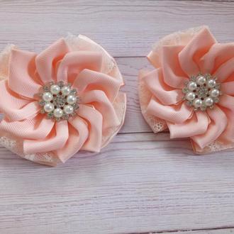Нарядні персикові бантики Нарядные персиковые банты (ціна за пару)