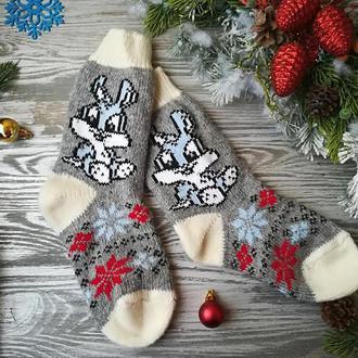 Носки из овечьей шерсти Зайчики на сером с белым манжетом и белым носком, р. 37-40