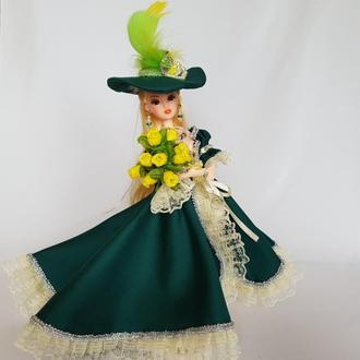 Коллекционная кукла маркиза Марта в шляпке и зеленом платье с букетом роз