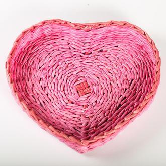 Плетеный поднос из бумажной лозы.