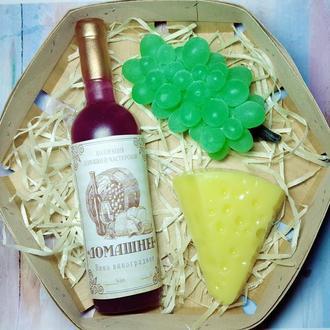 Набір мила вино, сир, виноград.