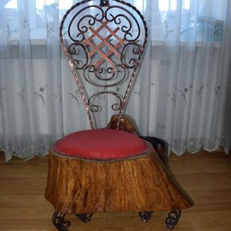 Дерев'яний стілець з кованою спинкою