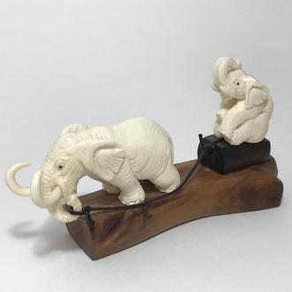 "Фигурка композиция ""Слон катает слоненка"" из бивня мамонта"