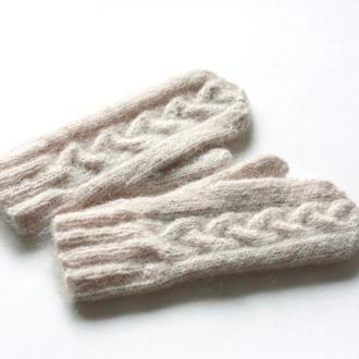 Варежки теплого молочного цвета