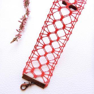 Червоний браслет з мережива