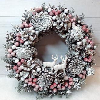 Новогодний Рождественский венок на дверь из шишек и красных ягод