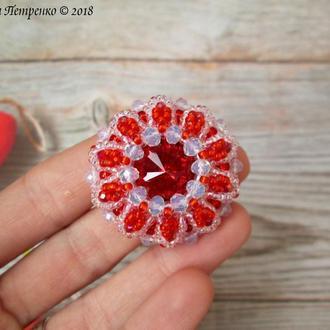 Брошь с кристаллом Сваровски, оплетённым высококачественным японским бисером и кристаллами.