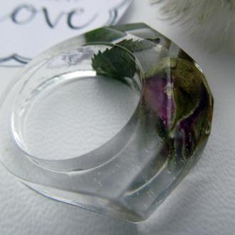 Гранований перстень з бутоном троянди в ювелірній смолі