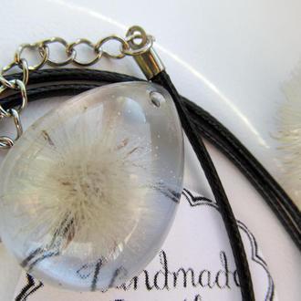 Підвіска у формі краплі з маленько кульбабкою в епоксидній смолі
