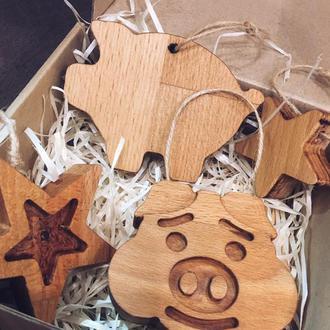Набор деревянных елочных игрушек (2 свинки и 2 звездочки)