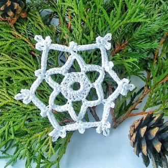 Вязаные елочные украшения- снежинки