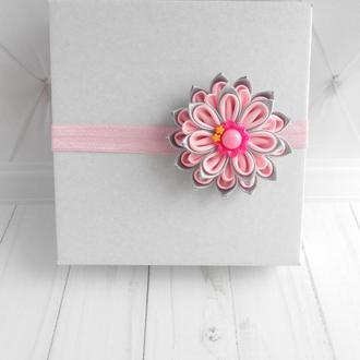 Розовая повязка с цветком канзаши на годик малышке Красивое украшение на голову девочке в подарок
