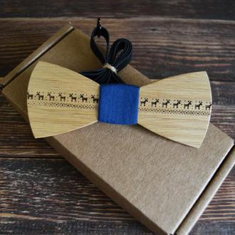 Деревянная галстук-бабочка Новогодняя с оленями синяя ткань