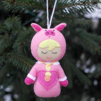 символ 2019 года  - малыш в костюме свинки