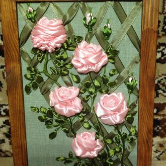 """Картина вышитая атласными лентами """"Вьющиеся розы"""""""