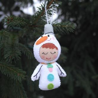 ёлочная игрушка - малыш снеговичок  из фетра