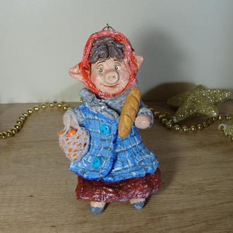 Ватная елочная игрушка Свинка с батоном
