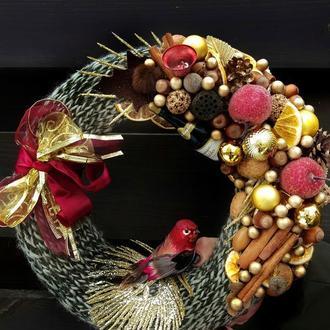 Новогодний венок  из декора и природных материалов.